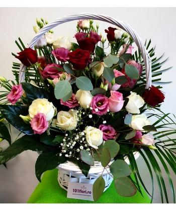 Aranjament in cos cu trandafiri si lisianthus in culori pastel