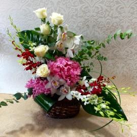 Aranjament elegant in alb si roz cu orhidee, trandafiri si hortensii
