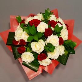 Buchet trandafiri rosii si albi cu verdeata decorativa - 25 flori
