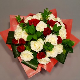 Buchet trandafiri rosii si albi boboc mare cu verdeata decorativa - 41 flori