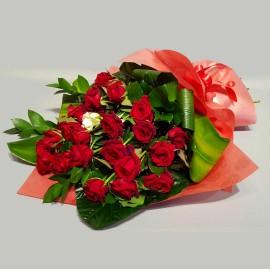 Buchet trandafiri rosii si albi tija lunga cu verdeata decorativa - 25 flori