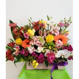 Aranjament mix cu flori colorate in cutie tip carte