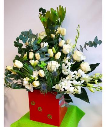 Aranjament elegant din flori albe, eucalipt in cutie