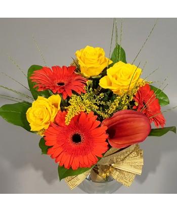Buchet flori in culori calde cu trandafiri, gerbera si cala