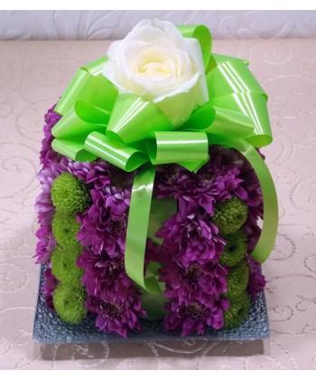 Aranjament floral tort din crizanteme pe platou