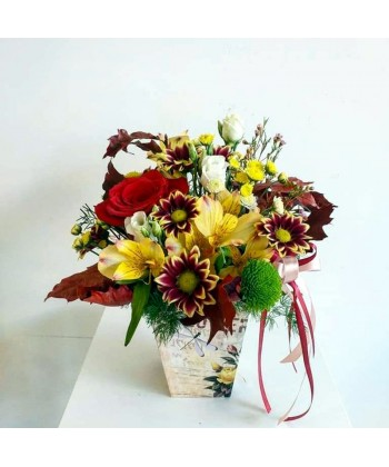 Aranjament flori in culori de toamna intr-o cutie