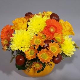 Aranjament de toamna in dovleac cu flori galbene si portocalii