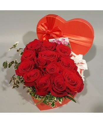 Inima 13 trandafiri rosii si raffello in cutie