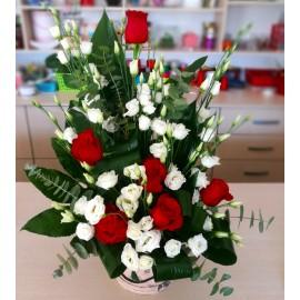Aranjament trandafiri si lisianthus in cutie