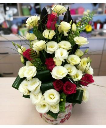 Aranjament in cutie cu trandafiri rosii si lisianthus