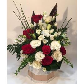 Cutie 7 trandafiri rosii si 8 lisianthus alb