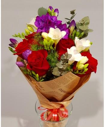 Buchet flori cu 5 trandafiri rosii si 9 frezii colorate