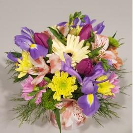 Aranjament floral vesel si multicolor in cutie colorata