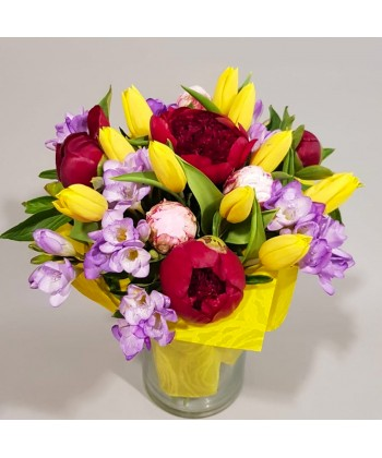 Buchet flori colorate cu frezii, lalele si bujori