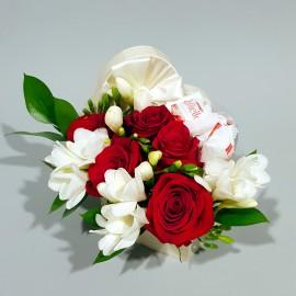 Cutie inima cu trandafiri, frezii si Raffaello