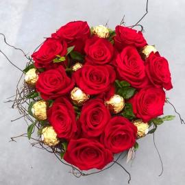 Aranjament inima cu 15 trandafiri rosii si Ferrero Rocher
