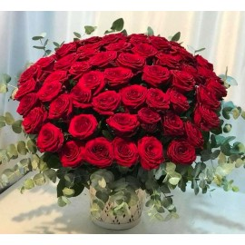 99 trandafiri rosii intr-un aranjament elegant in cos