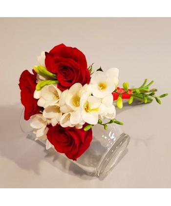Buchet 3 trandafiri rosii si 6 frezii albe