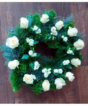 Coronita funerara din flori albe 12 trandafiri si 10 lisianthus