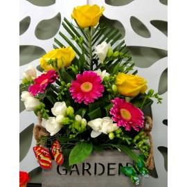Aranjament pentru aniversare cu flori si fluturasi in cutie