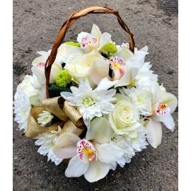 Aranjament flori albe in cos cu orhidee, trandafiri si crizanteme
