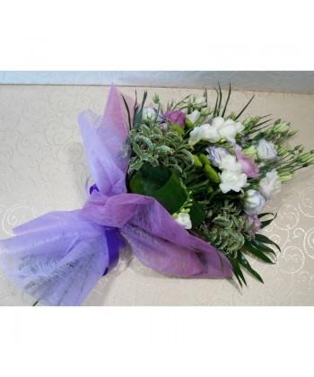 Buchet Lisianthus mix cu frezii albe - 13 flori