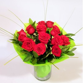Buchet 13 trandafiri rosii in vaza de sticla