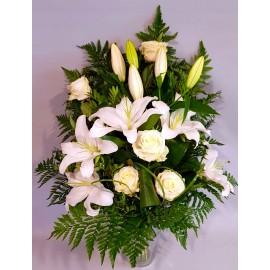Buchet funerar flori albe trandafiri si crini