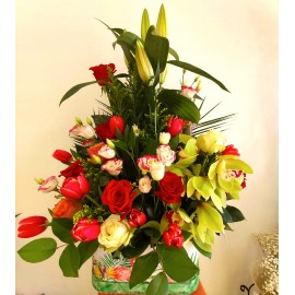 Aranjament floral in cutie cu trandafiri, orhidee, lisianthus