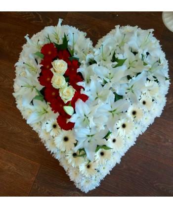 Aranjament funerar inima din flori rosii si albe