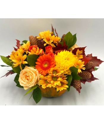 Aranjament dovleac cu flori mix si accesorii de toamna