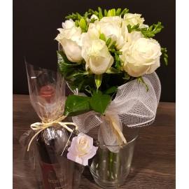 Buchet flori albe trandafiri si frezii cu sticla de vin rosu