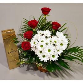 Aranjament inima din crizanteme, trandafiri rosii si sampanie