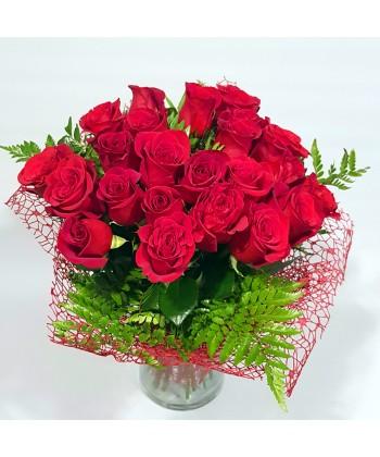 Buchet 25 trandafiri si 2 crizanteme