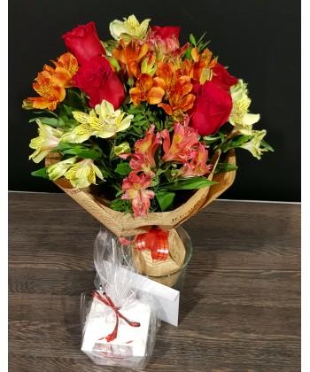 Buchet 5 trandafiri rosii si 9 alstroemeria colorate cu Raffaello