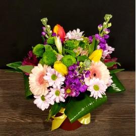 Aranjament floral zi de nastere cu flori colorate in vas