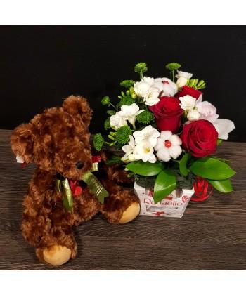 Cadoul Indragostitilor aranjament flori pe Raffaello si ursulet