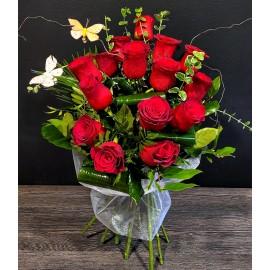 Buchet 17 trandafiri rosii cu tija lunga, verdeata si fluturasi