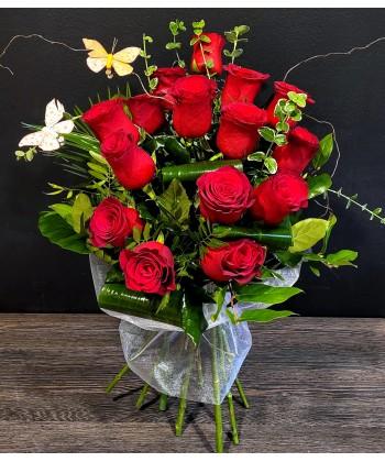 Buchet 17 trandafiri rosii, verdeata si fluturasi