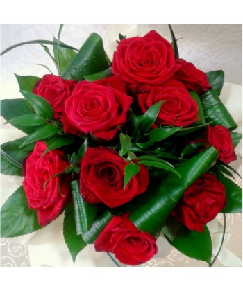 11 trandafiri rosii cu frunze de aralia si ruscus