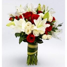Buchet cu 19 trandafiri si 4 crini, albi-rosii