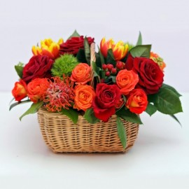 Aranjament in cos cu 19 trandafiri si specialitati