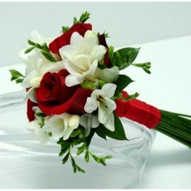 Buchet 3 trandafiri rosii si 8 frezii albe