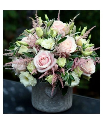 Aranjament elegant cu flori in culori pastel in vas de ceramica