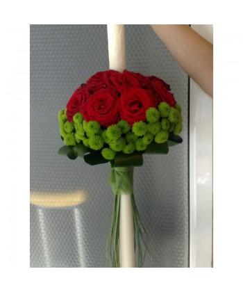 Lumanare de nunta pe rotund cu trandafiri rosii, santini verde si frunze mixte
