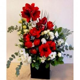 Aranjament flori alb si rosu in vas negru