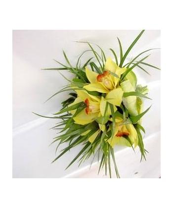 Buchet mireasa din cupe de orhidee si verdeata mixta