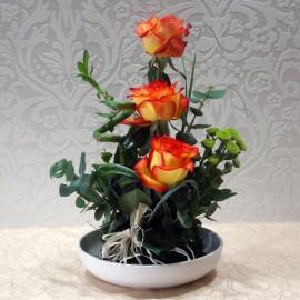 Aranjament ikebana in vas cu bambus,trandafiri si santini
