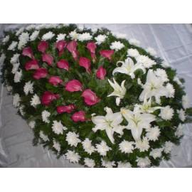 Coroana din cale mov, crizantema si cupe de crin albe