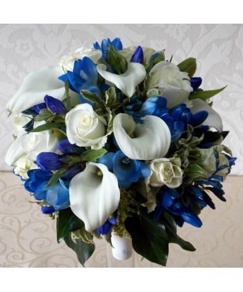 Buchet mireasa cu flori albe si albastre